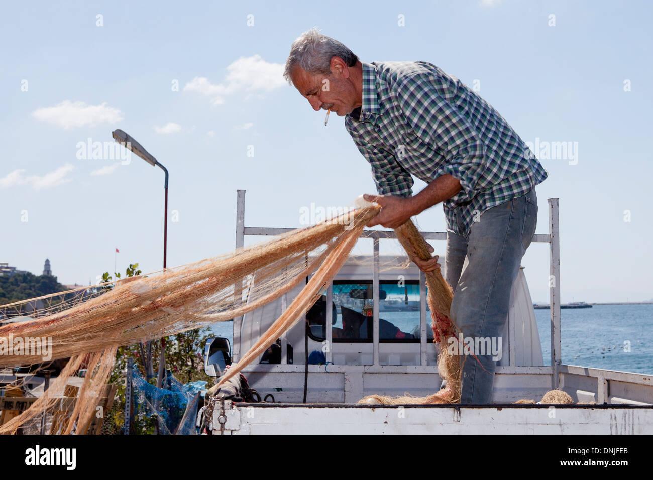 Ein einheimischer Fischer in der Nähe des Bosporus in Istanbul, Türkei Stockbild