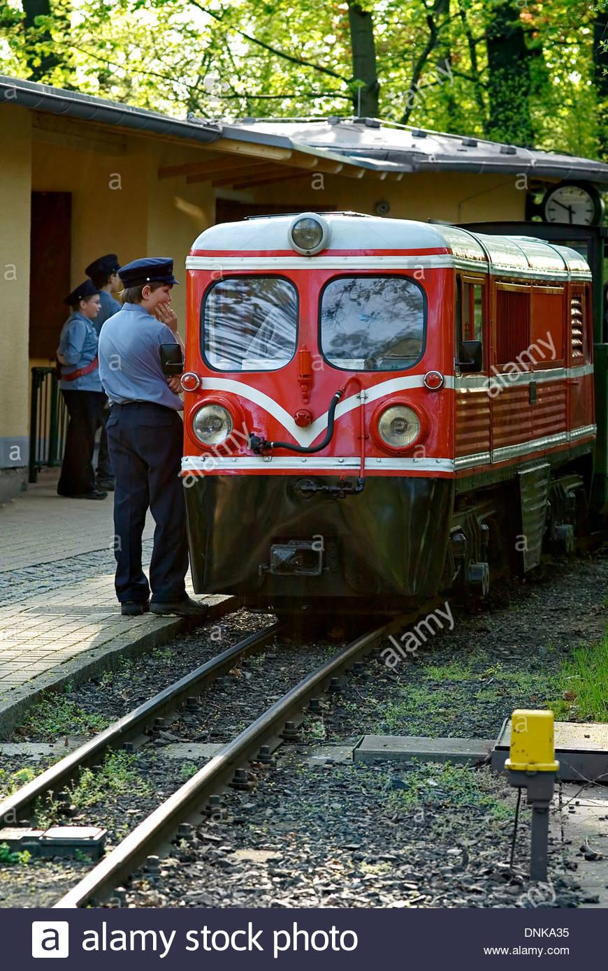 Miniatur-Eisenbahn an den Grossen Garten, bekannt als die Parkeisenbahn in Dresden, Deutschland. Stockbild