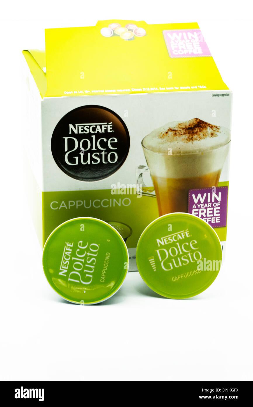 Schachtel mit Nescafe Dolce Gusto Kaffee Pads Cappuccino textfreiraum weißen Hintergrund ausschneiden Stockbild
