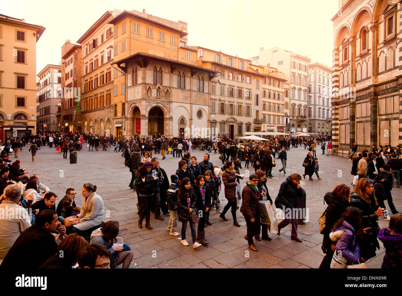 Am Nachmittag Massen von Touristen zu Fuß hinter dem Dom, Florenz, Italien Stockbild
