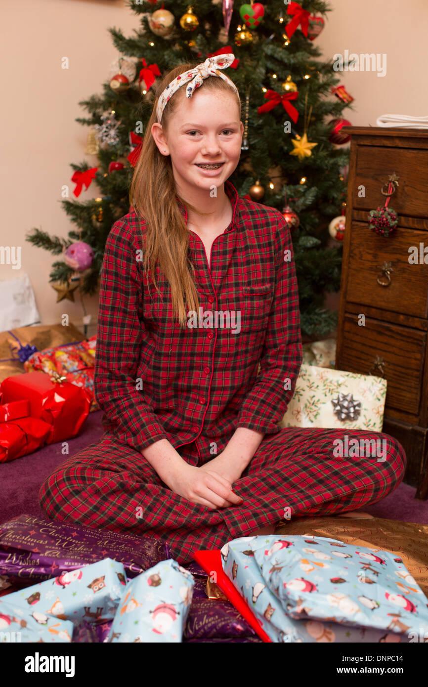 Mädchen öffnen präsentiert am Weihnachtstag in ihrem Pyjama ...