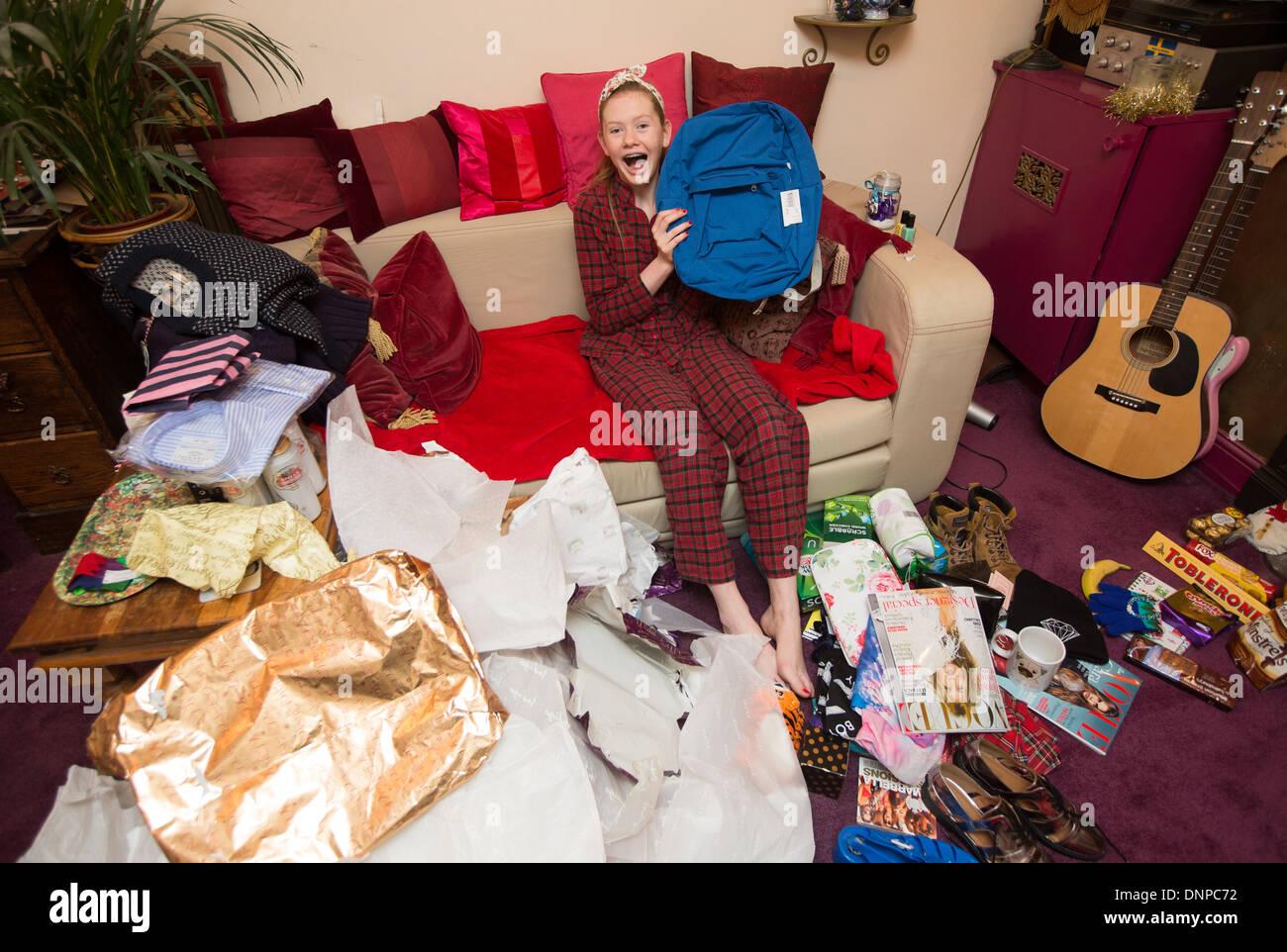15 jährige Mädchen Öffnung Geschenke am ersten Weihnachtstag ...