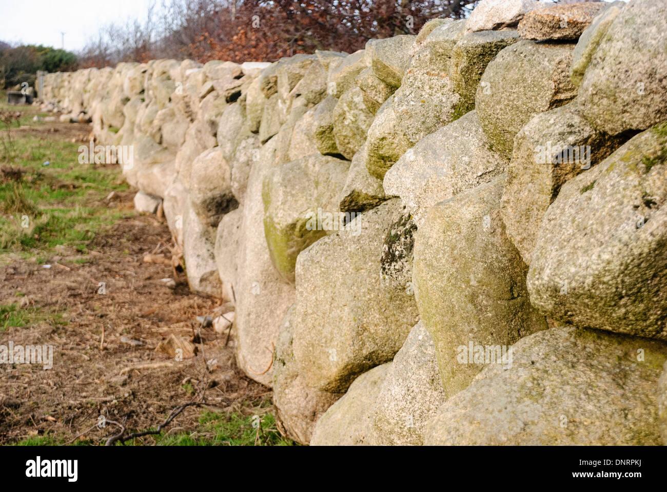 Trockenmauer in den Mourne Mountains Stockbild
