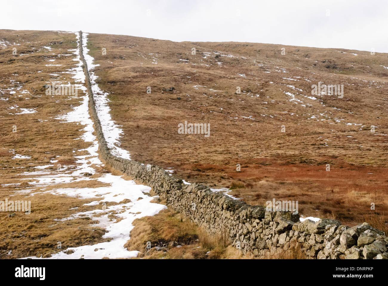 Trockenmauern Wand in den Mourne Berge mit Schnee im Winter. Stockbild