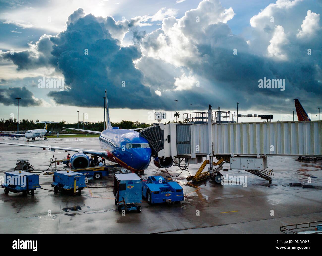 Verkehrsflugzeug, angezeigt durch ein Tor Fenster, ft. Lauderdale - Hollywood International Airport Stockbild