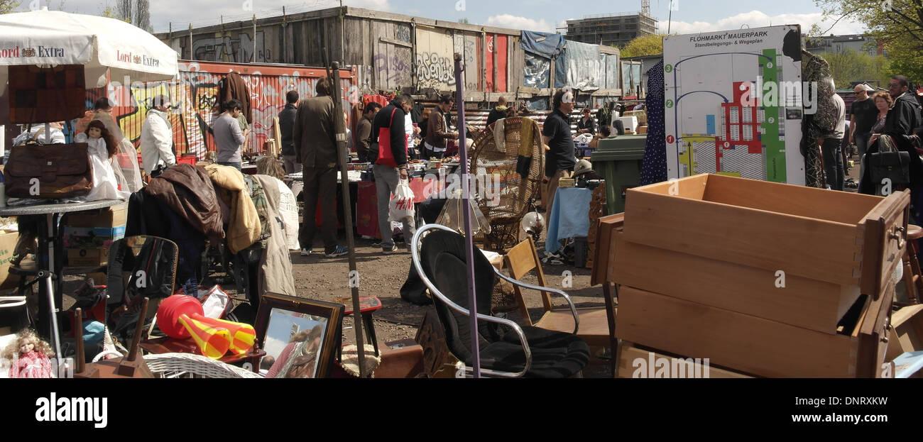 Sonnige Aussicht auf Passanten Graffiti Container, Stall zu ...