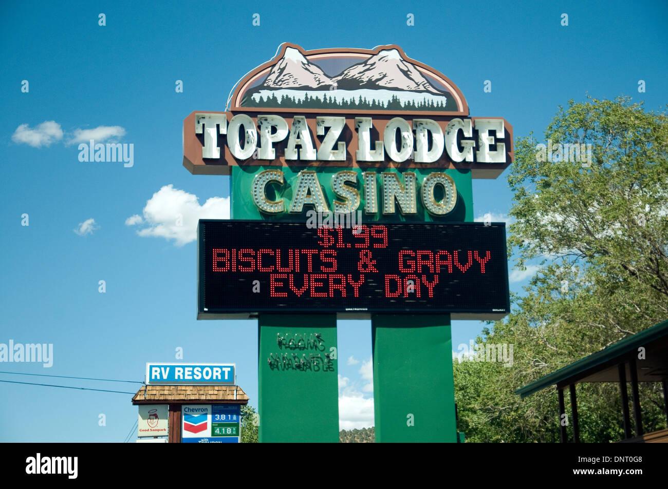Ein Schritt über der kalifornischen Grenze in Nevada und ein Casino gibt es billige Lebensmittel, Spiele und Spielautomaten Stockbild