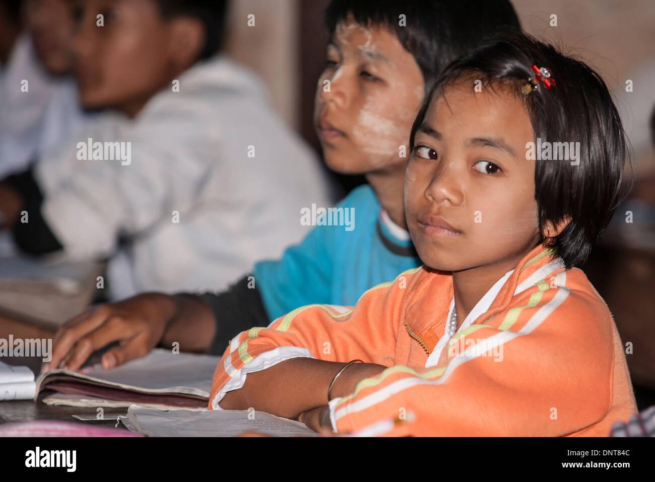 Asiatische Kinder in der Klasse in einer Dorfschule am 3. November 2013, in Indien Dorf, Myanmar. Stockbild