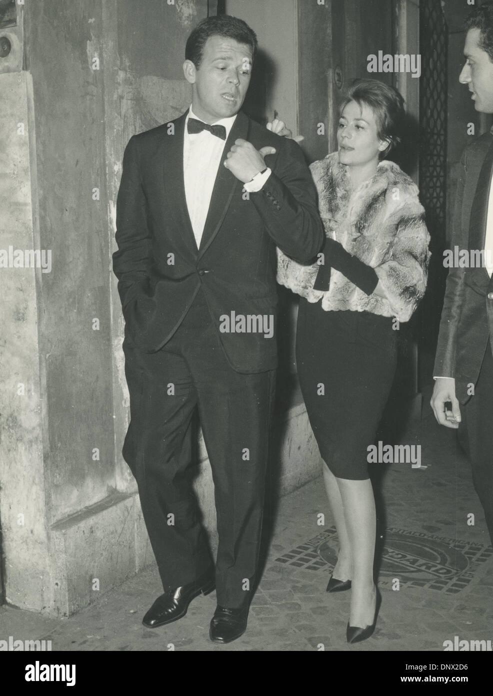 """6. Oktober 1962 - Rom, Italien - RENATO SALVATORI und seine Frau ANNIE GIRARDOT besuchen die Premiere des Films """"Sodoma und Gomorra"""". (Kredit-Bild: © KEYSTONE Pictures/ZUMAPRESS.com) Stockfoto"""