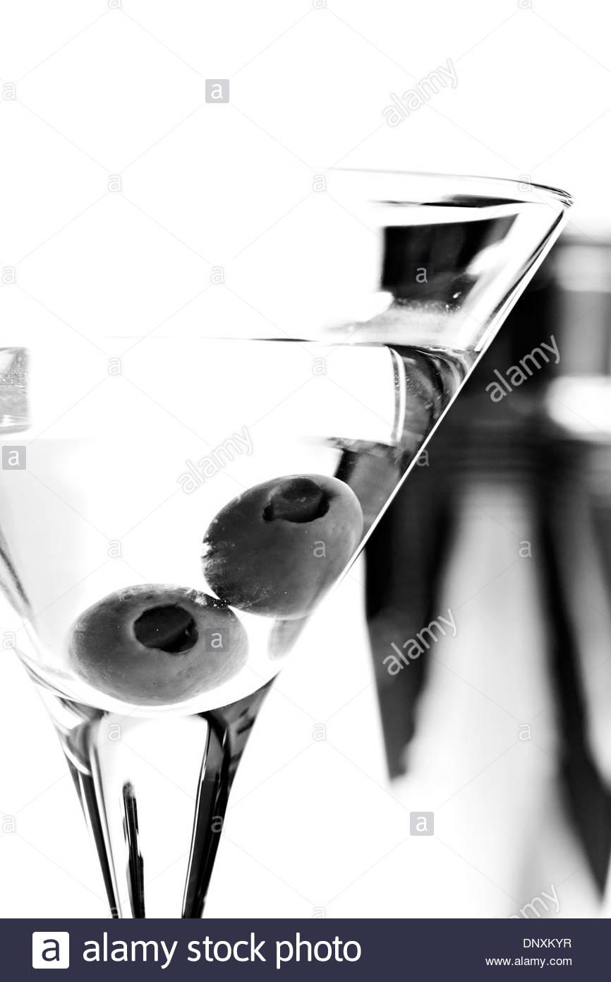 schwarz wei bild des martini glas mit oliven und. Black Bedroom Furniture Sets. Home Design Ideas