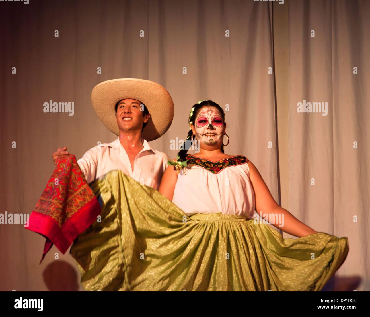 Junge Männer und Frauen in traditioneller Kleidung tanzen Party Tag ...
