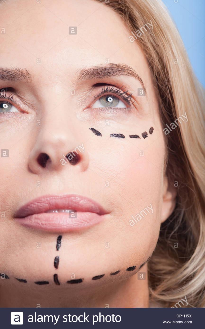 Porträt der Frau mit gepunkteten Linien auf Gesicht Nahaufnahme Stockbild
