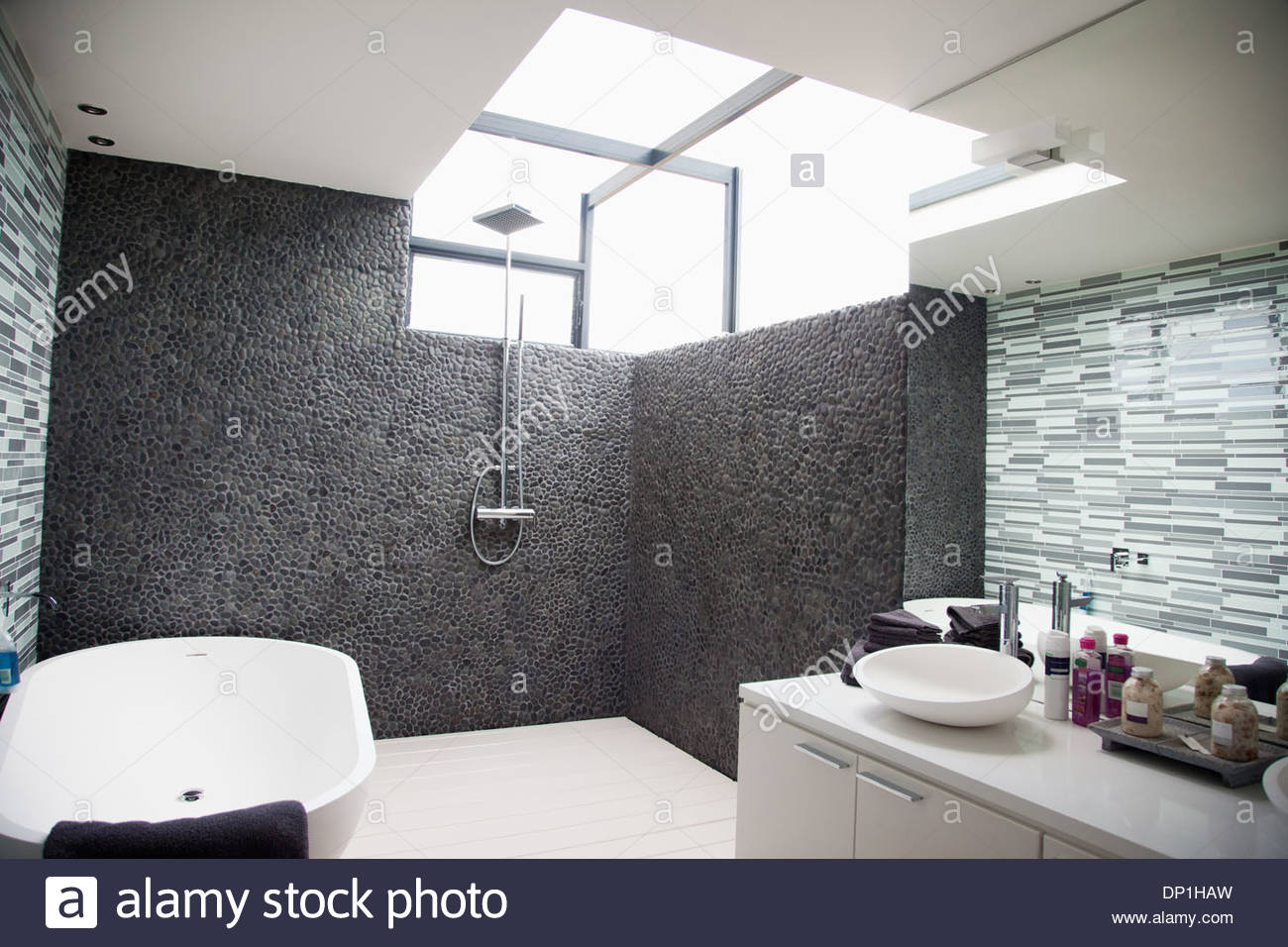 Sonne durch die Fenster im modernen Badezimmer Stockbild