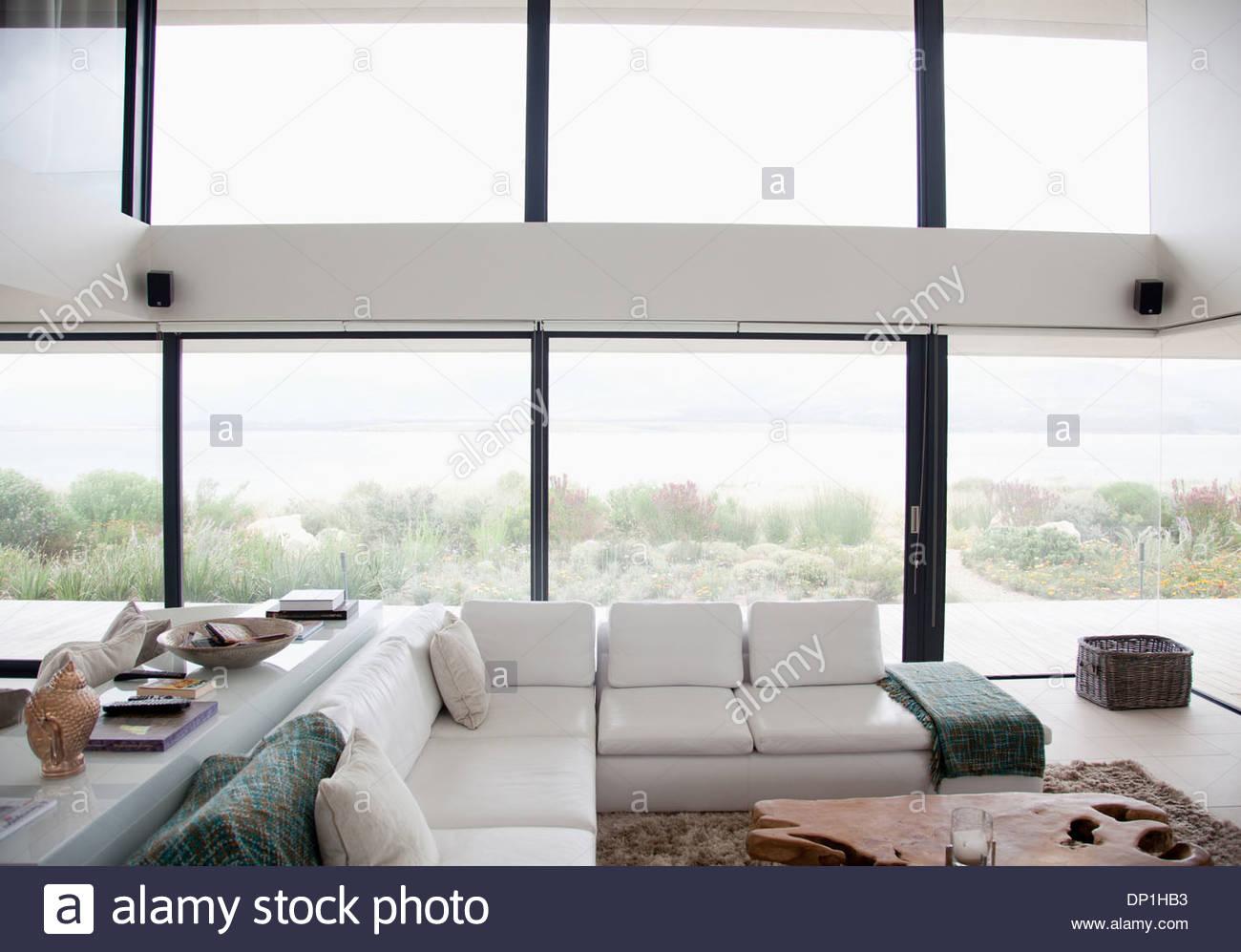 Erhöhte Ansicht der Schnittsofa in moderne Wohnzimmer Stockbild