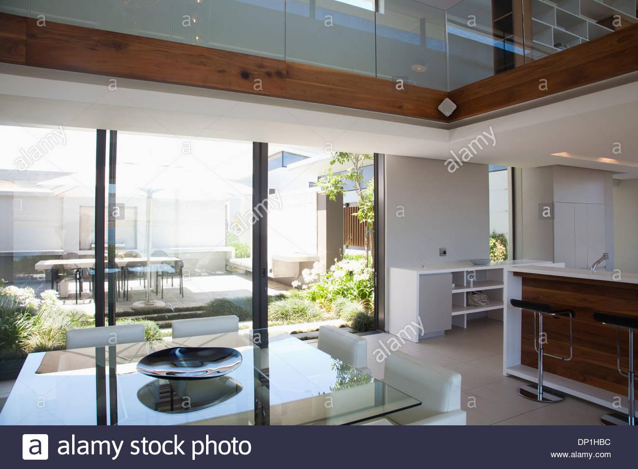 Esszimmer und offenen Grundriss in modernen Haus Stockbild