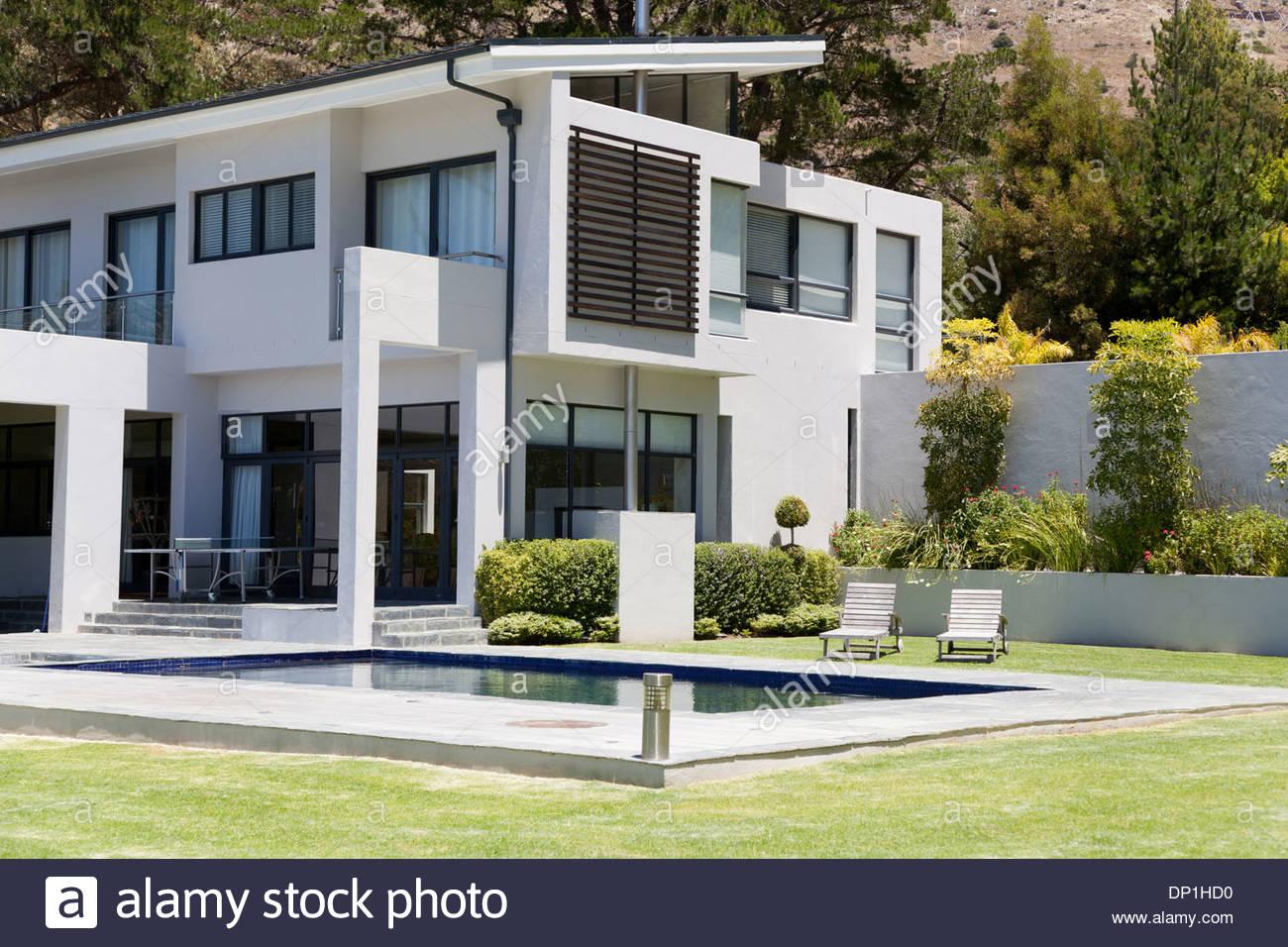 Modernes Haus mit pool Stockbild