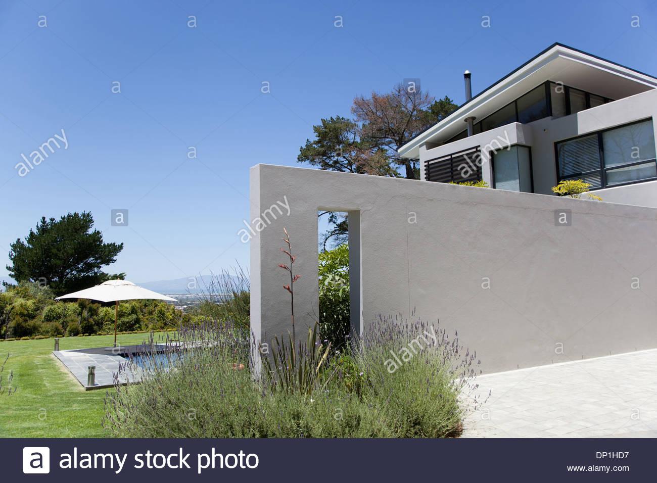 Wand vor modernen Haus Stockbild