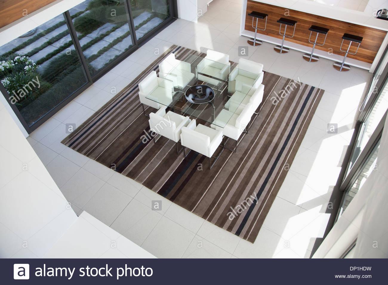 Blick auf Sesseln Tisch im modernen Speisesaal Stockbild