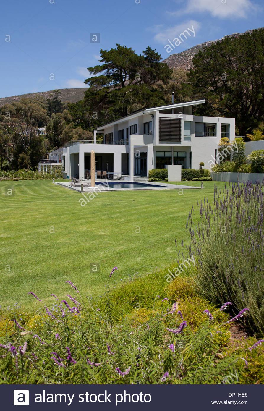 Blick auf moderne Haus und Hof Stockbild