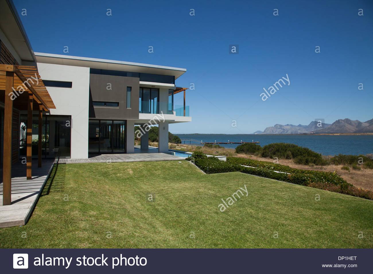 Modernes Haus und Hof Stockbild