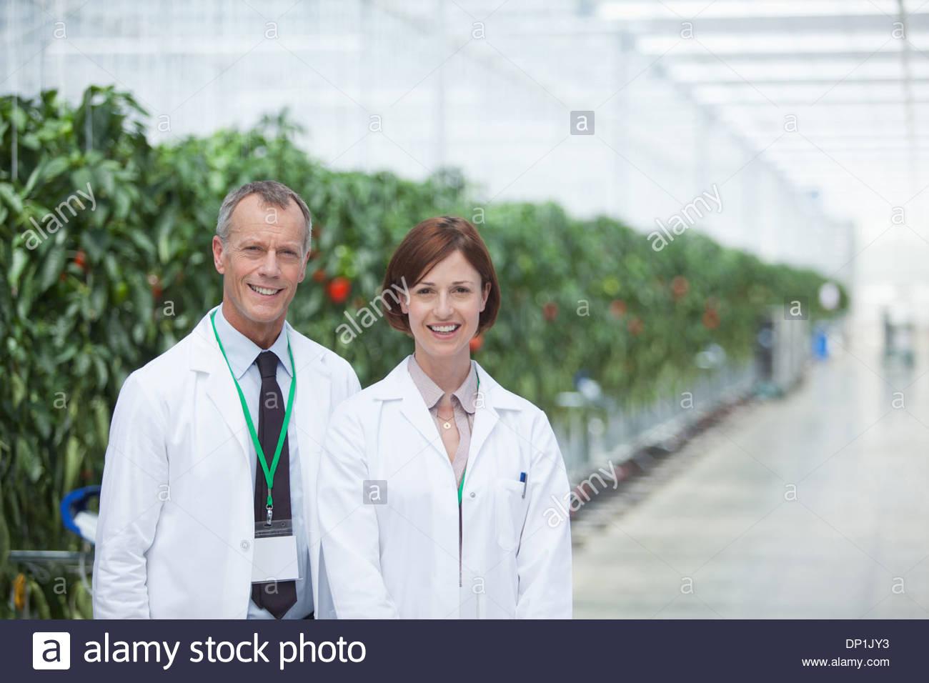 Wissenschaftler im Gewächshaus stehen Stockbild