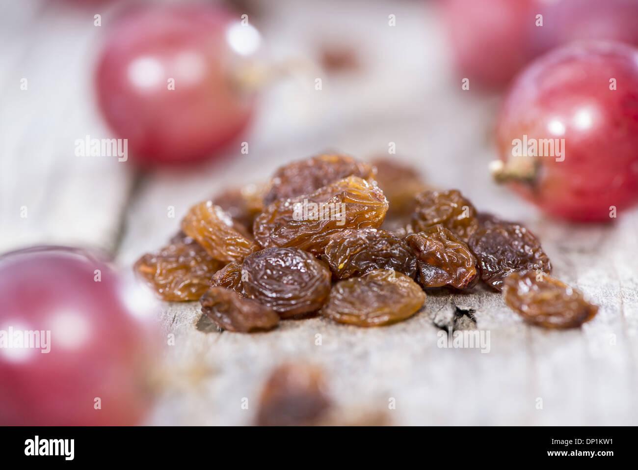 Haufen von Rosinen mit frischen Früchten Stockbild