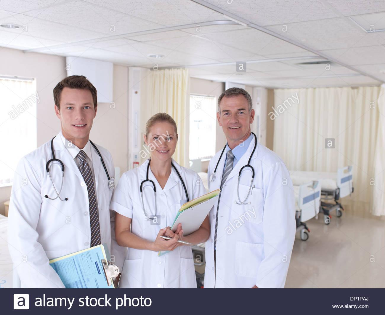 Porträt von Ärzten im Krankenhaus Stockbild