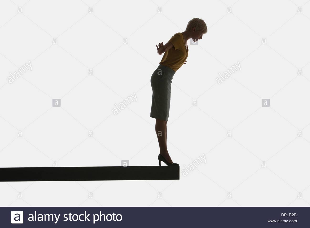 Frau stehend auf einem Brett Stockbild
