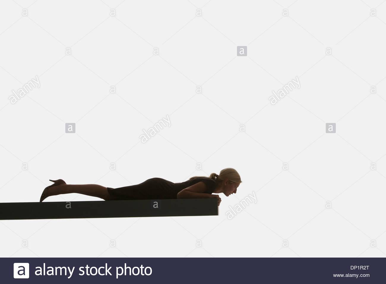 Frau liegend auf einem Brett Stockbild