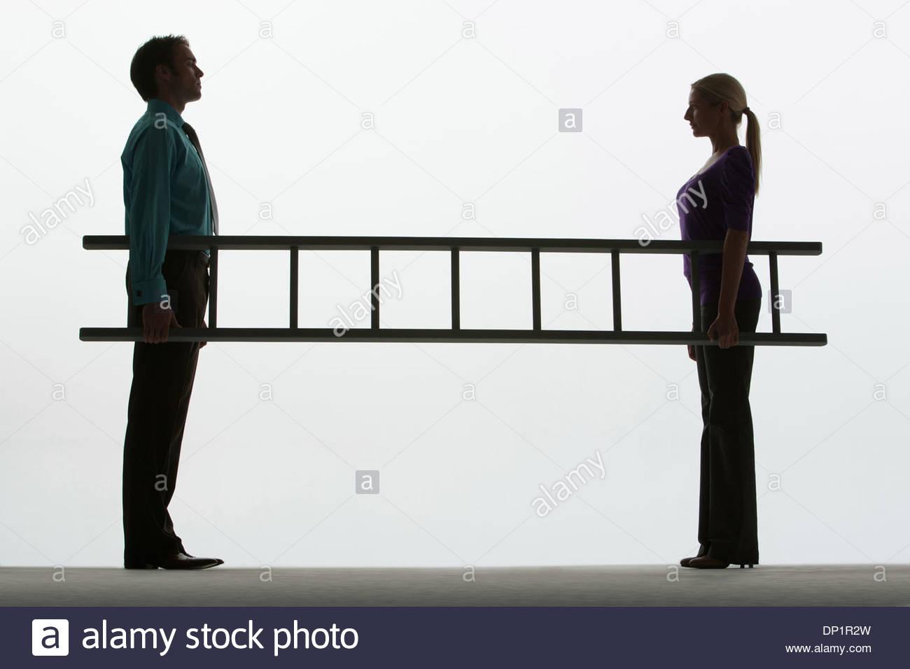 Mann und Frau, die eine Leiter Stockbild
