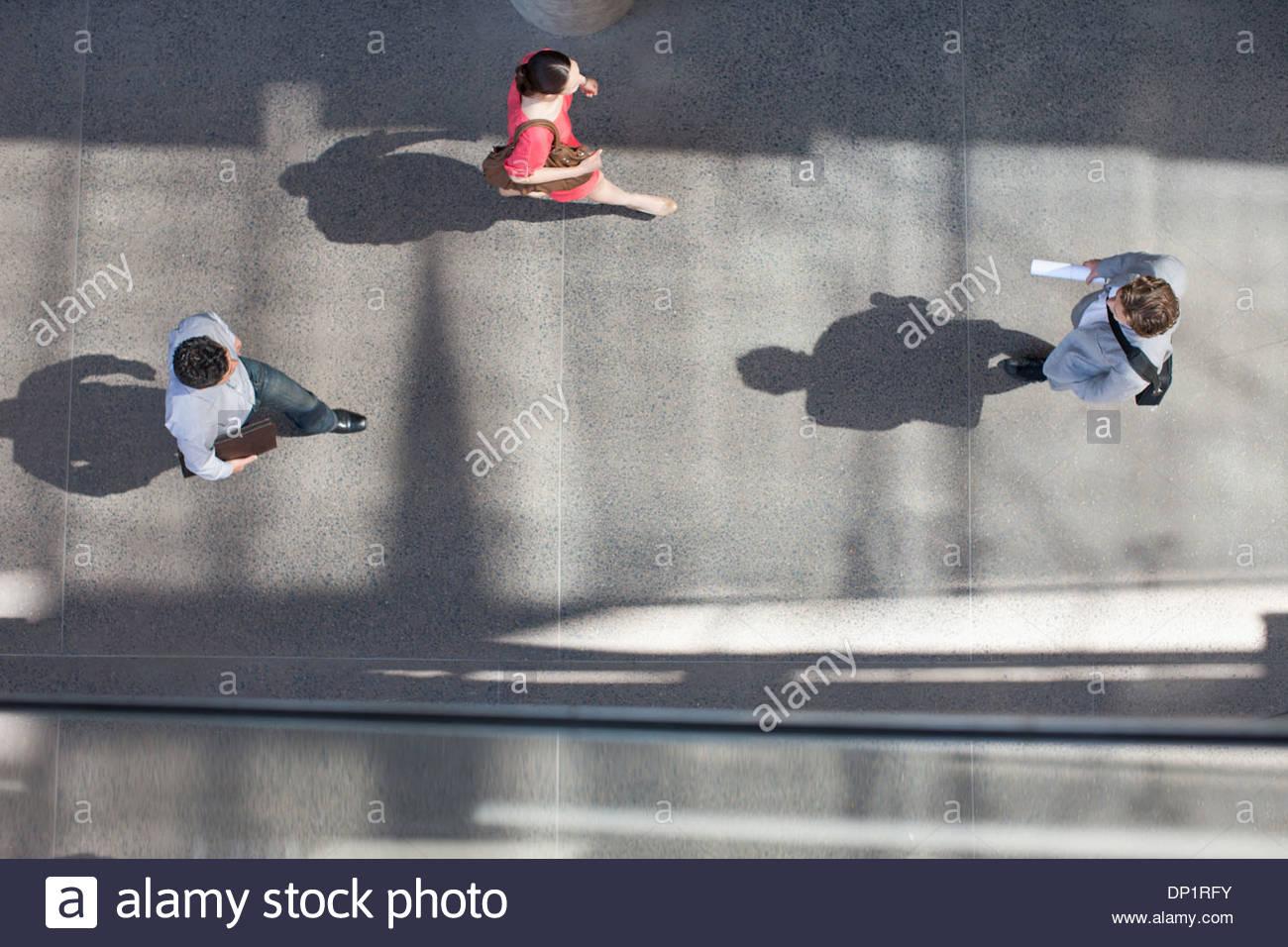 Schatten von Menschen zu Fuß direkt von oben Stockbild