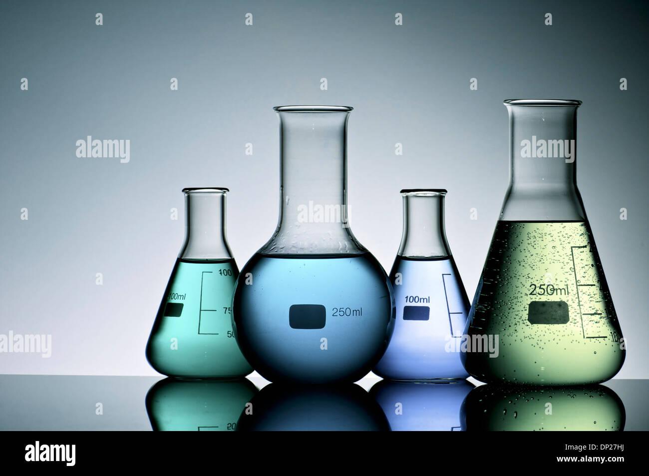 Gruppe von Labor-Flaschen mit Flüssigkeit im Inneren Stockbild