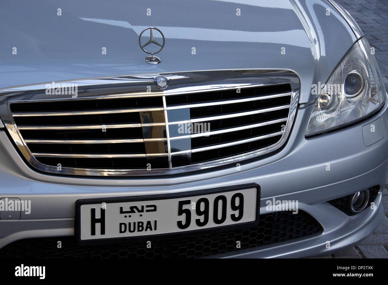 Mercedes Benz Luxuslimousine mit Kfz-Kennzeichen von Dubai ...
