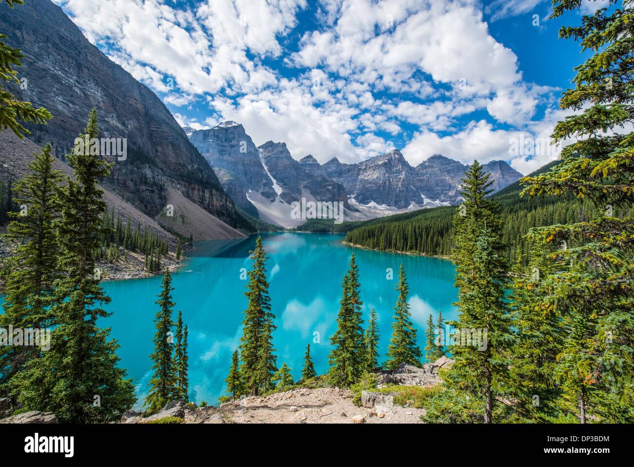 Moraine Lake, Banff Nationalpark, Alberta, Canada, Canadian Rockies, blaue Farbe von glazialen und Kalkstein Schlick. Stockbild