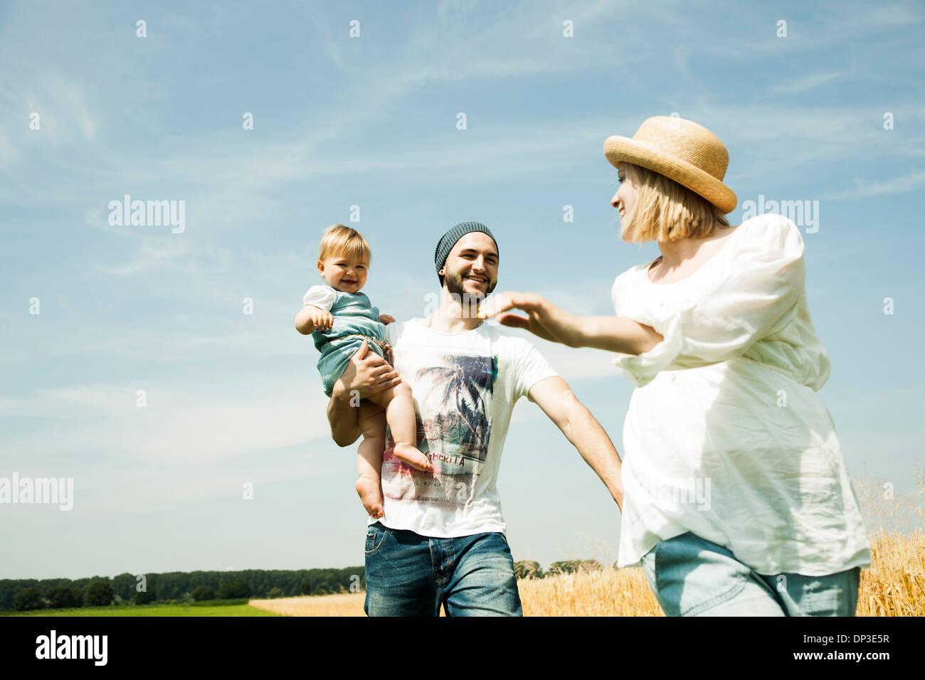 Familie zu Fuß durch Agrarbereich, Mannheim, Baden-Württemberg, Deutschland Stockfoto