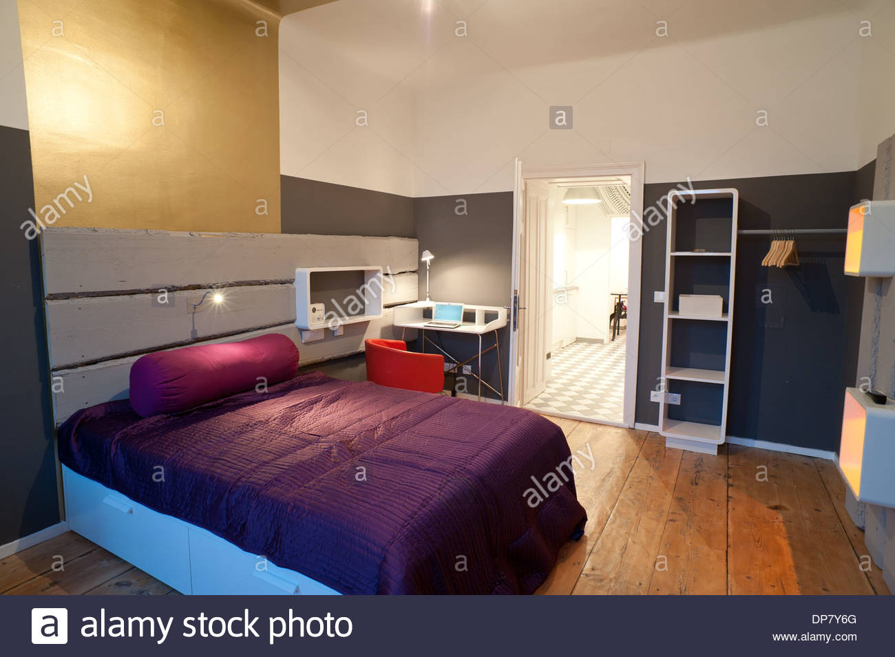 Modernes Apartment Mit Wanddekoration Aus Holz Moderne