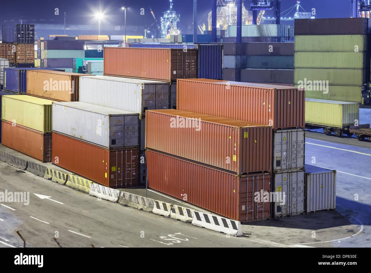 Container-Betrieb im Hafen bei Nacht Stockfoto