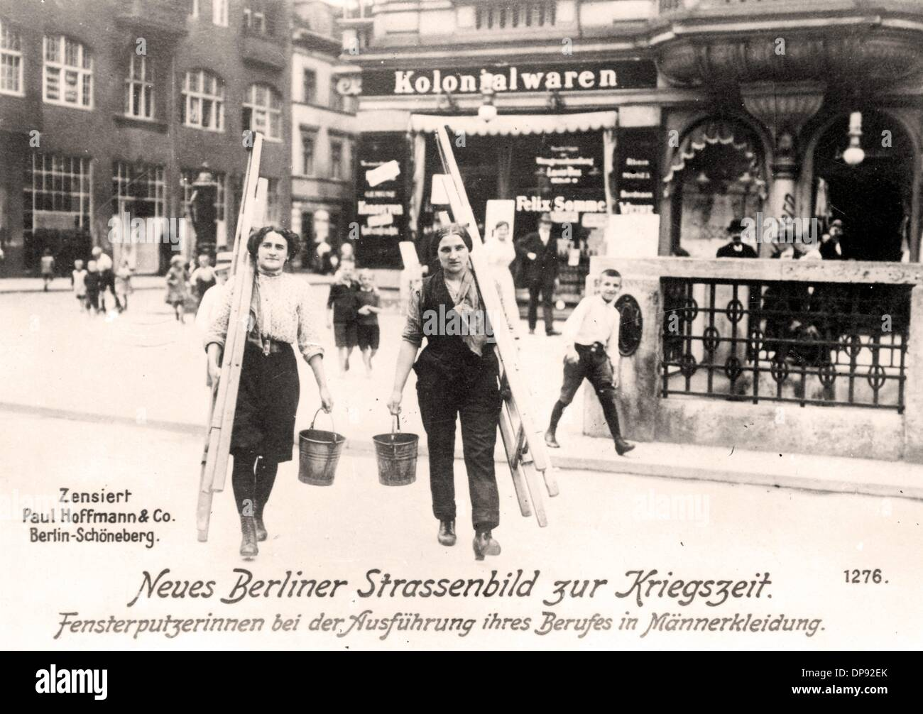 Frauen Arbeiten Als Fensterputzer In Männerkleidung Berlin