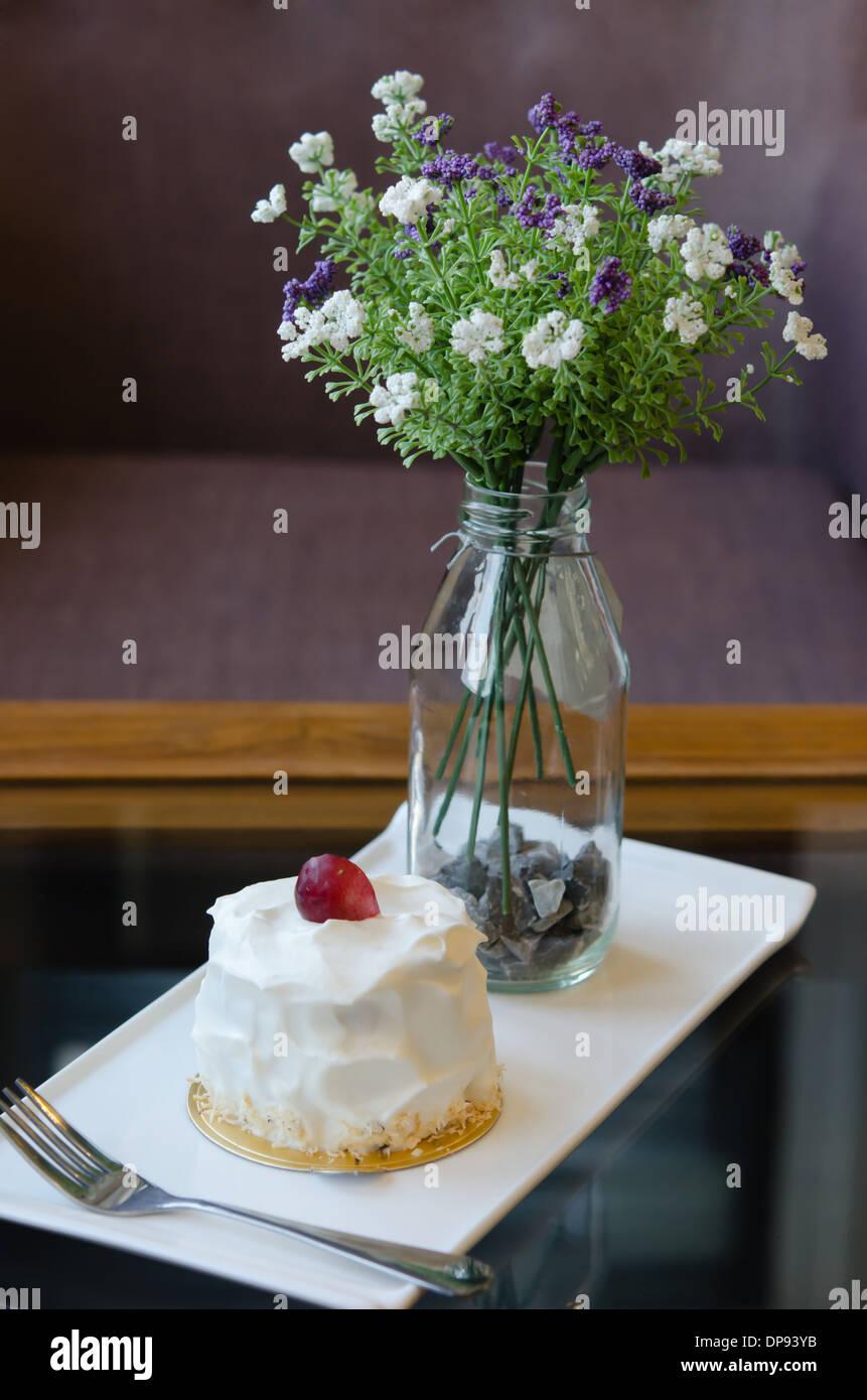 Junge Kokos Kuchen Mit Frischer Sahne Und Rote Trauben Stockfoto