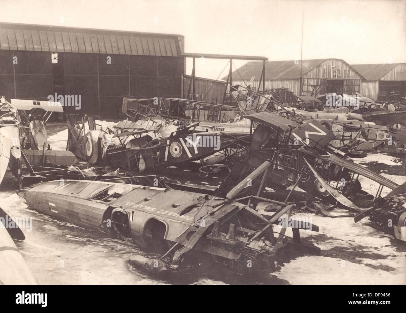 Zerstörte Flugzeuge sind auf einem Flughafen erwartet Schrott recycling abgebildet. Zeitpunkt und Ort unbekannt. Stockfoto