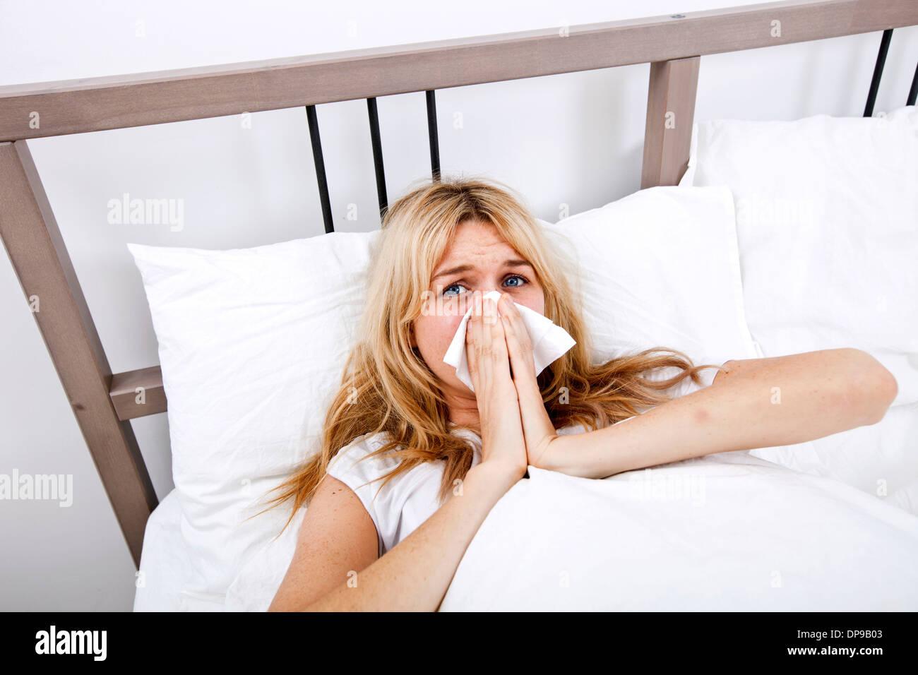Porträt der Frau leidet Kälte im Bett Stockbild