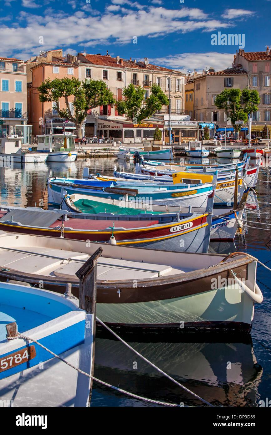 Bunte Segelboote in den kleinen Hafen von La Ciotat, Bouches-du-Rhône, Cote d ' Azur, Provence Frankreich Stockfoto