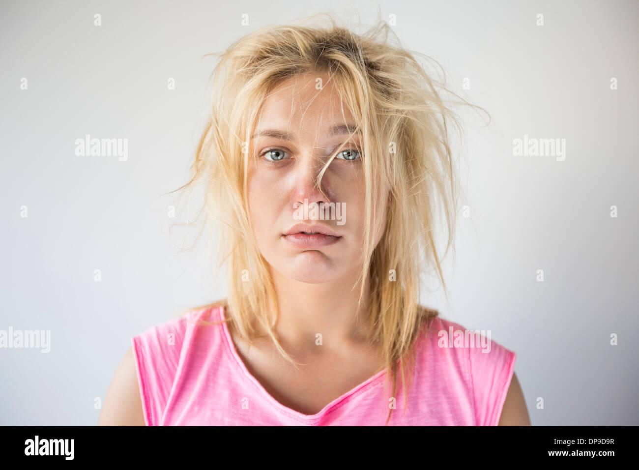 Porträt von frustrierten Frau leidet kalten grauen Hintergrund Stockbild