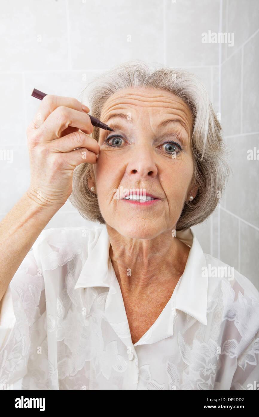 Porträt von senior Frau Lidstrich in Bad Stockbild