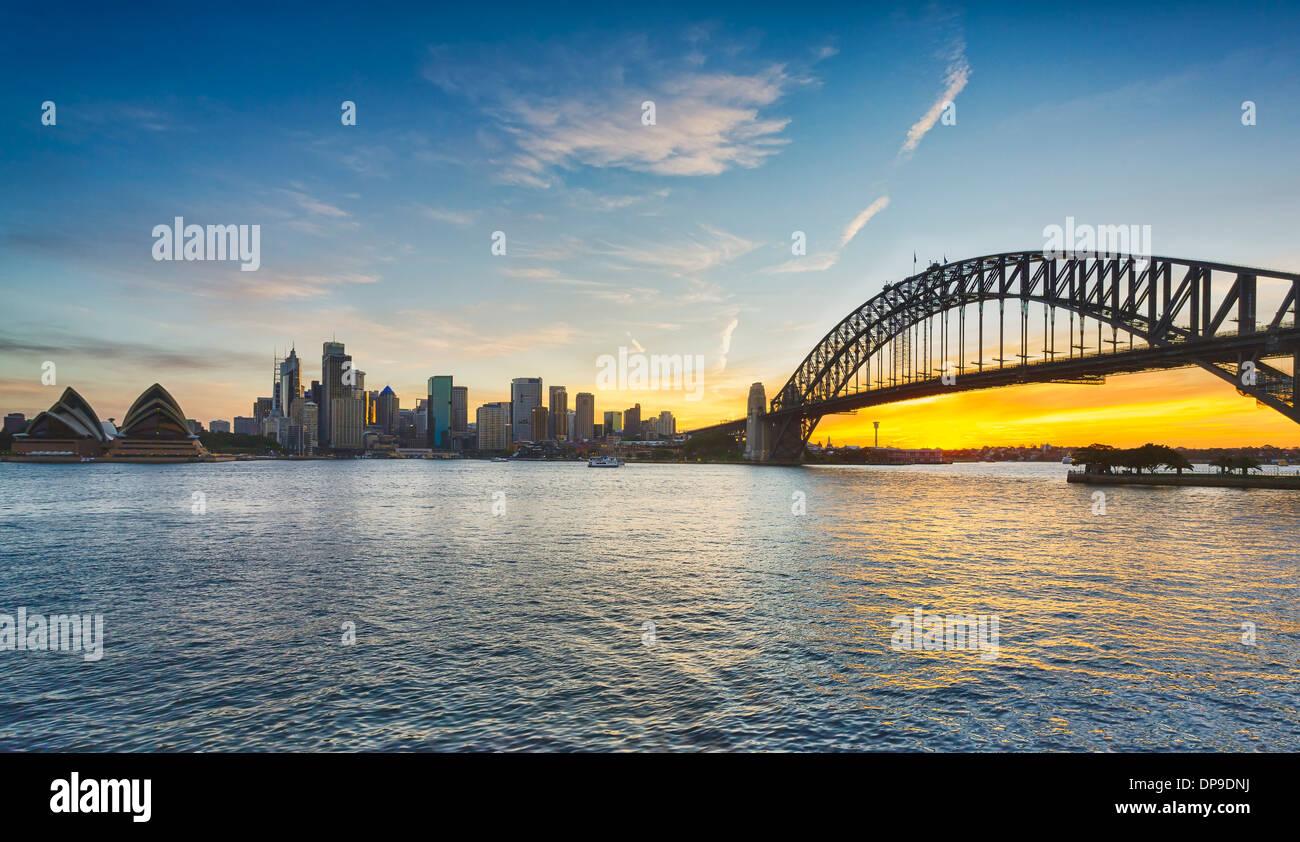 Sydney und die Sydney Harbour Bridge bei Sonnenuntergang, Australien Stockbild