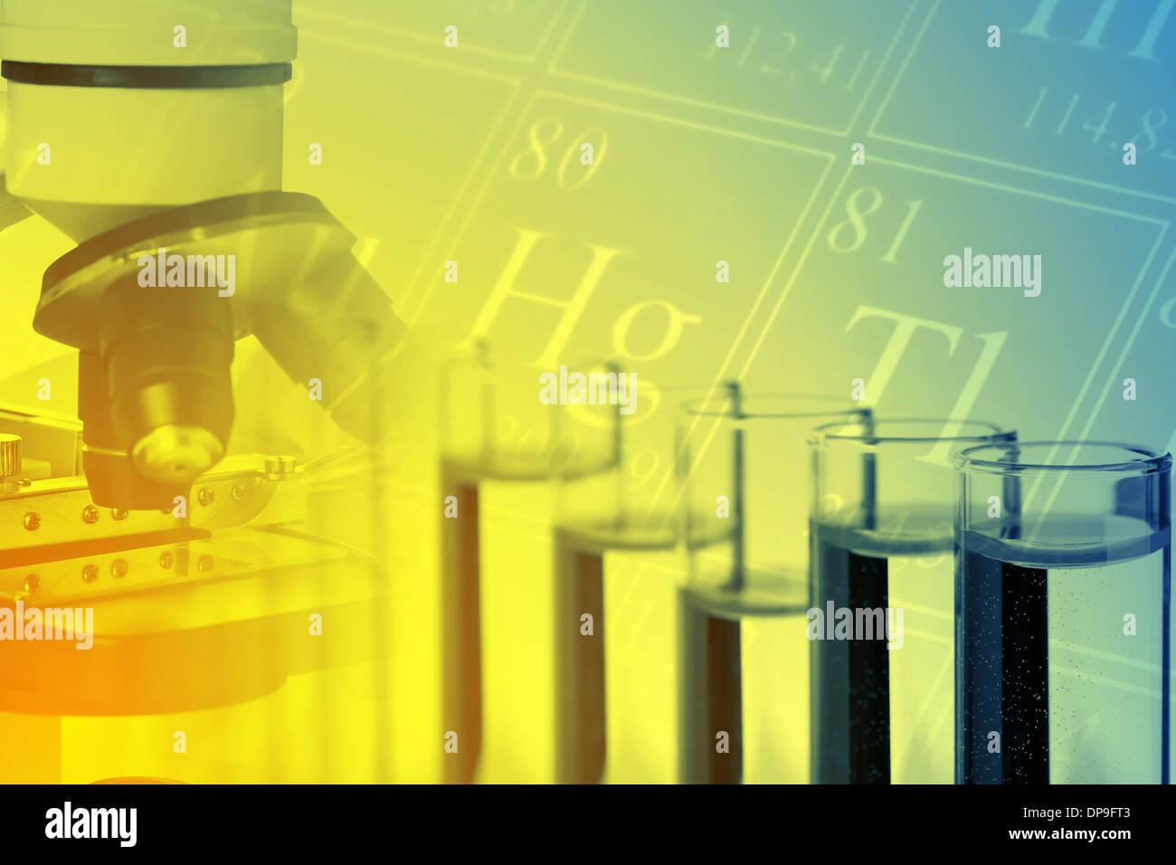 Reagenzgläser mit Mikroskop und Periodensystem der Elemente - Chemie oder Biologie Wissenschaft Hintergrund Stockbild