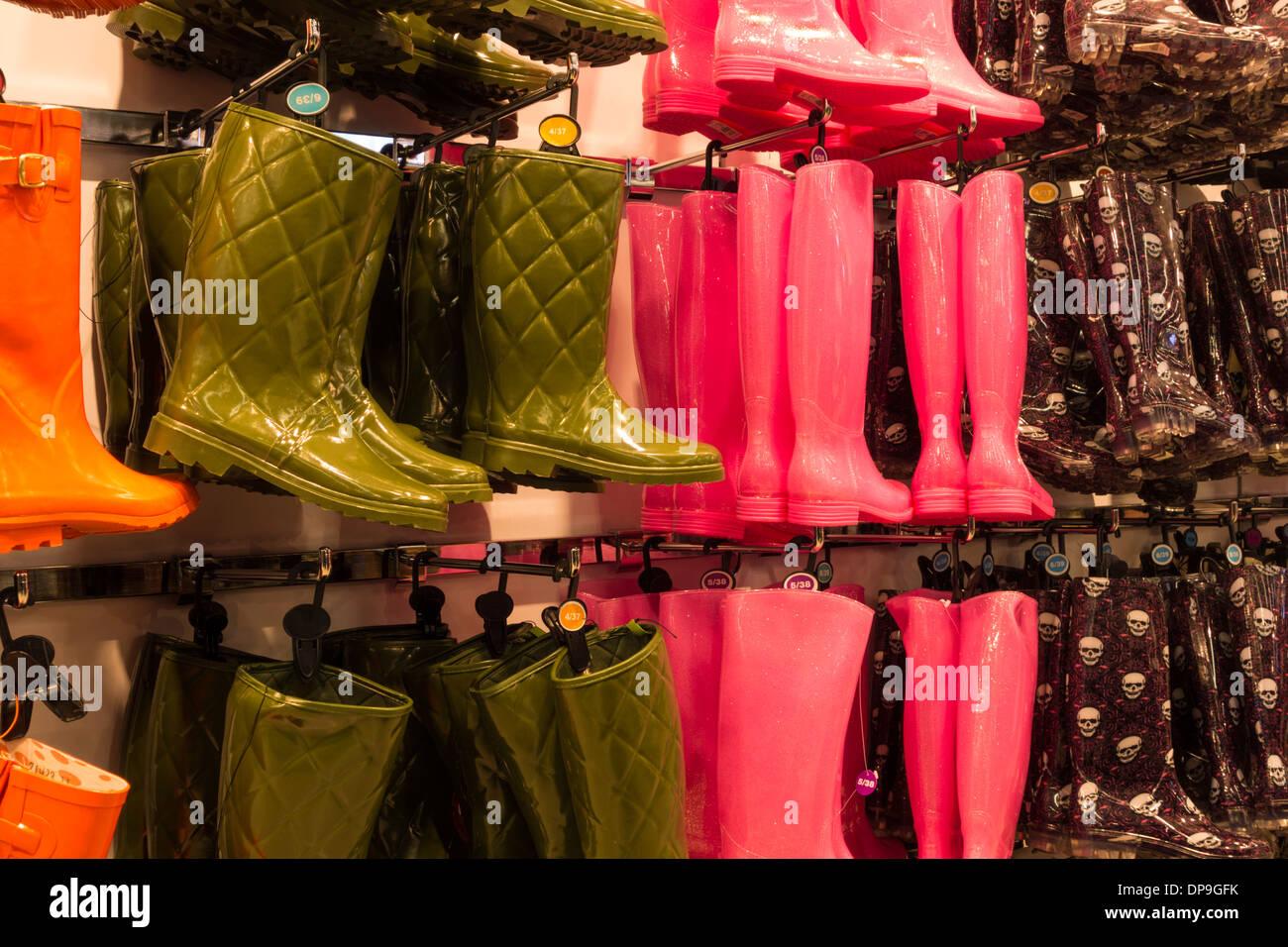 Gummistiefel anzeigen im Primak store UK Stockbild