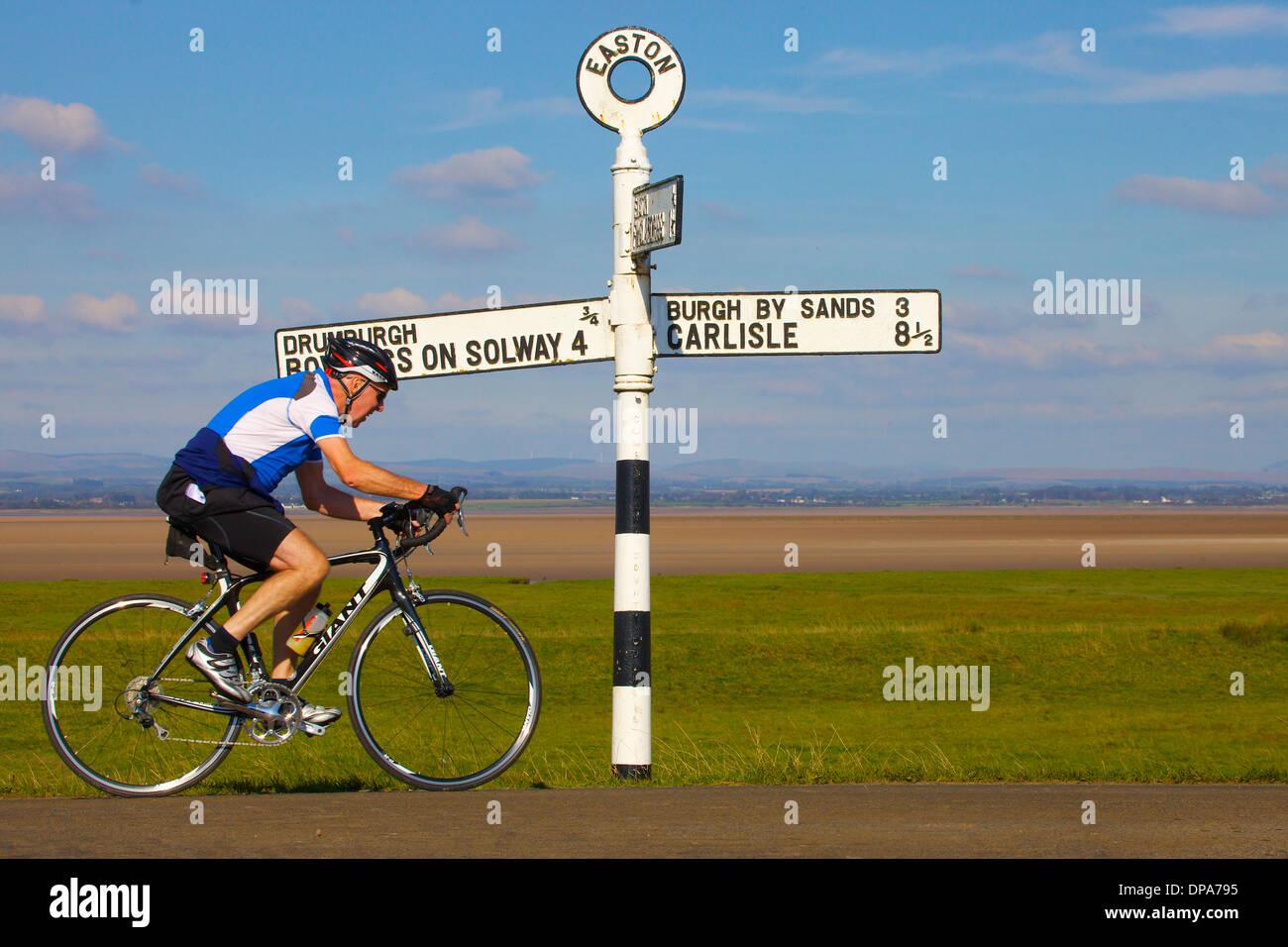 Rentner-Radfahrer entlang der Hadrianswall in der Nähe von Easton Cumbria England Vereinigtes Königreich Großbritannien Stockbild
