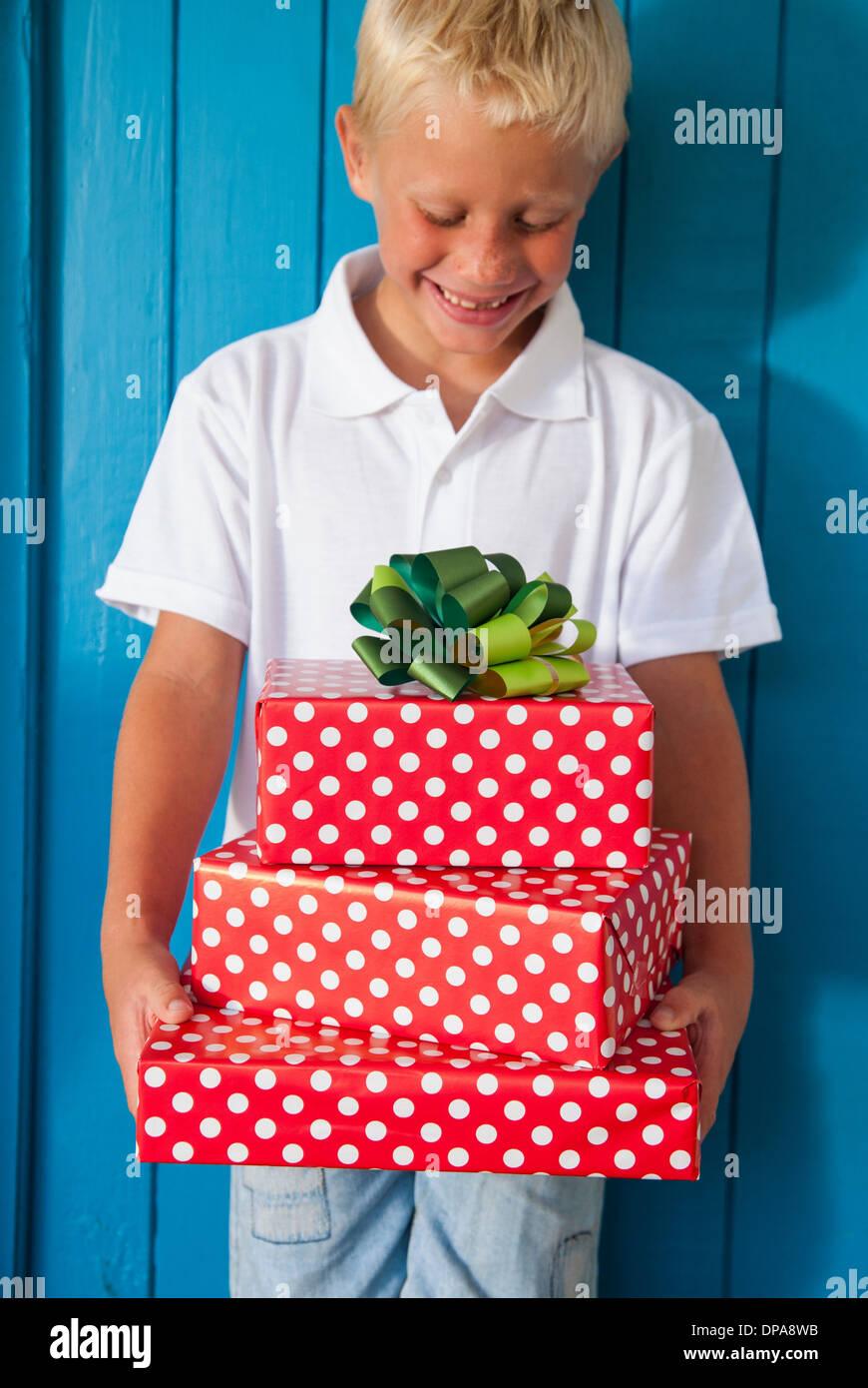 Junge blickte auf Geschenke Stockbild