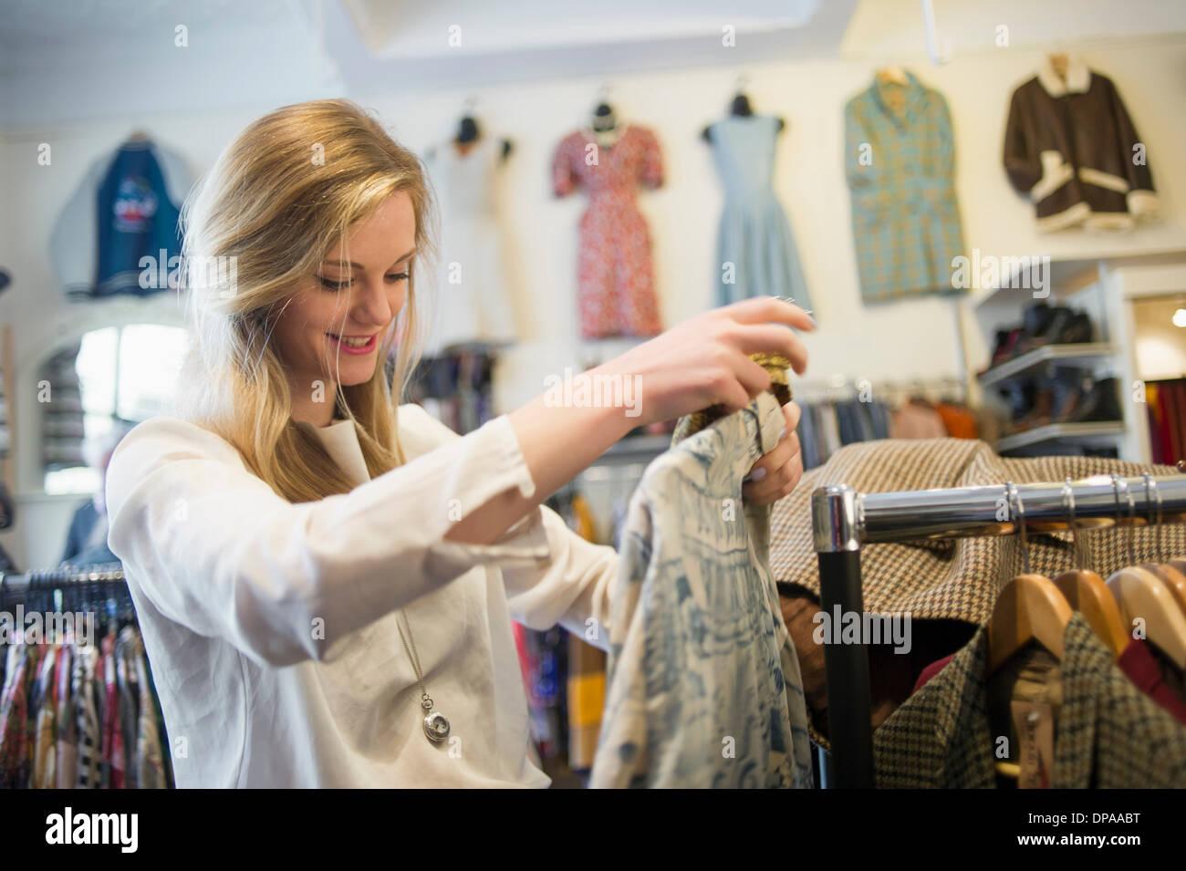 Frau oben Kleidungsstück betrachten Stockbild